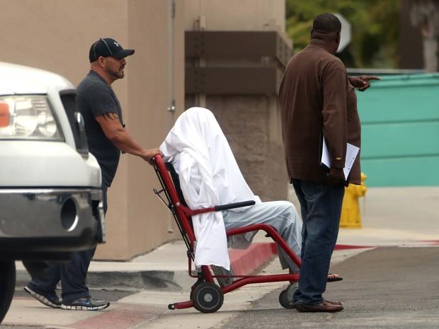 Amanda Bynes é levada de cadeira de rodas para ala psiquiátrica em hospital de Los Angeles, nos Estados Unidos (Foto: AKM-GSI Brasil/ Splash News)