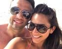 """Fora da Copa do Mundo, Rossi curte praia com a esposa: """"Me refrescando"""""""