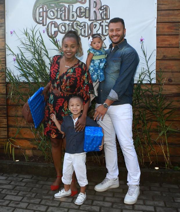 Roberta Rodrigues com o noivo, Guilherme Guimarãe, do enteado, Gabriel, e da filha, Linda Flor (Foto: Dilson Silva/ Agnews)