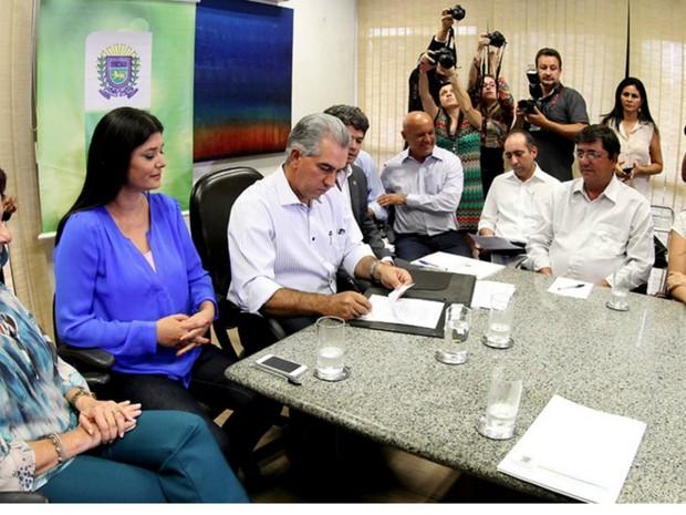 Azambuja anunciou percentual de aumento do salários dos professores (Foto: Chico Ribeiro/ Assecom)