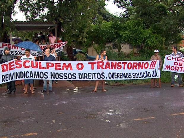 Moradores se reuniram em via para protestar por duplicação (Foto: Ronaldo Gomes/ EPTV)