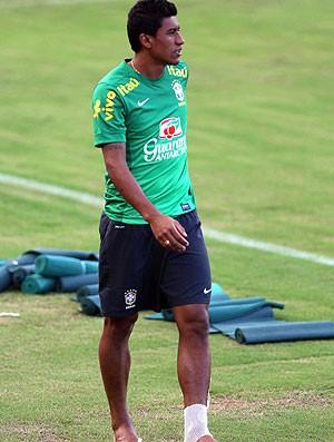Paulinho lesão treino Seleção (Foto: Wagner Carmo / VIPCOMM)