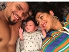 Sem camisa, Naldo posa para selfie com a filha e a mulher