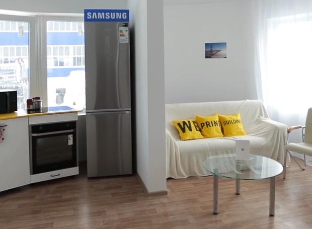 O interior da casa conta com um hall, uma sala de estar, um banheiro e uma cozinha (Foto: Divulgação)