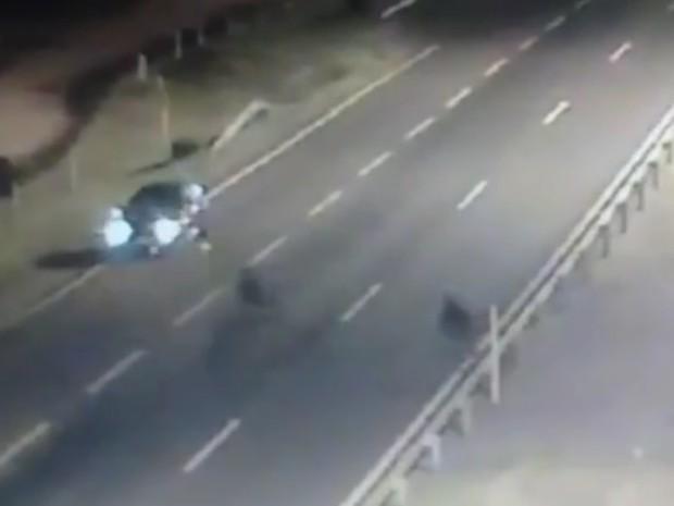 Suspeitos se aproximam de carro com pane e assaltam motorista na BR-290, no RS (Foto: Reprodução/RBS TV)