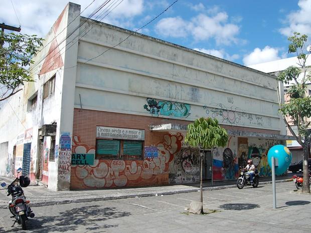 Hoje abandonado no Centro de Campina Grande, o Cine Capitólio foi desativado na década de 90. (Foto: Ligia Coeli)