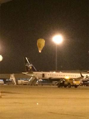 Balão cai próximo de avião no Aeroporto de Viracopos, em Campinas, SP (Foto: Reprodução EPTV)