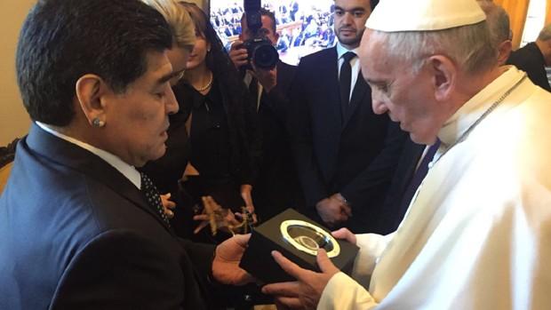 Diego Maradona presenteando o Papa Francisco (Foto: Divulgação)