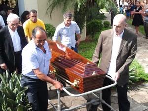 Corpo de Walmor Chagas segue para a cremação. (Foto: Renato Ferezim/G1)