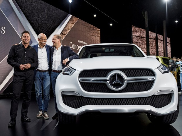 Executivos da Mercedes mostram a nova picape (Foto: Vilhelm Stokstad /TT News Agency/REUTERS)
