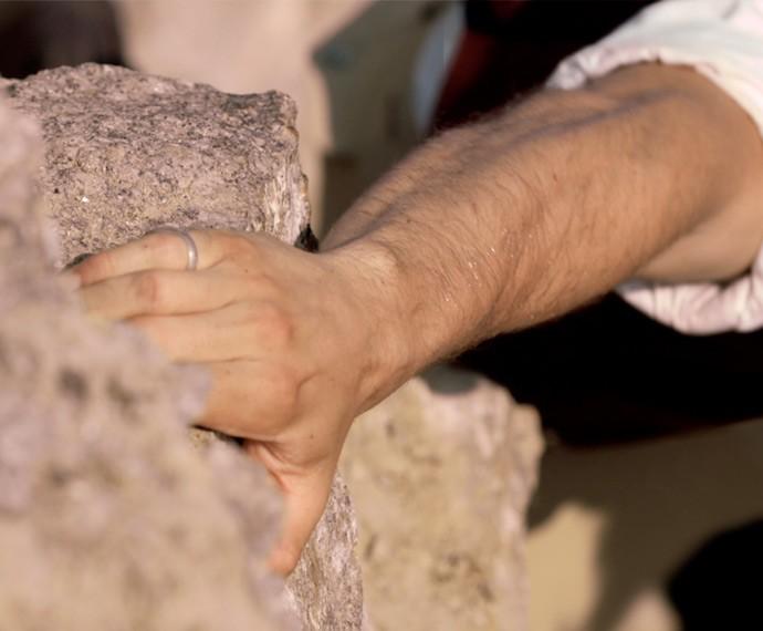 Felipe consegue segurar os dois com uma mão (Foto: TV Globo)