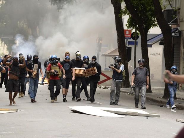 RJ - ALERJ / MANIFESTAÇÃO / SERVIDORES / RIO - CIDADES - Manifestantes entram em confronto com policiais militares em frente à Alerj, Assembleia Legislativa do Rio de Janeiro, nesta quinta-feira (09), durante protesto de servidores públicos