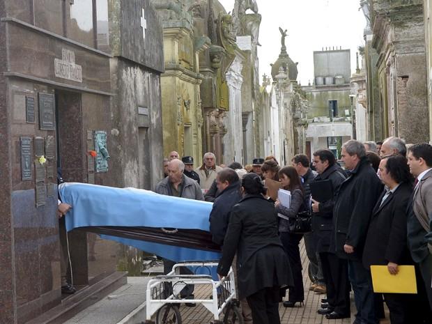 Os restos mortais de Juan Manuel Fangio são retirados de seu túmulo no cemitério de Balcarce, na sexta (7) (Foto: Reuters/Federico Pandolfi)