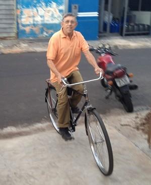 Para provar que as bicicletas funcionam, Jimenez deu uma volta em frente a sua casa (Foto: Mateus Tarifa / GloboEsporte.com)