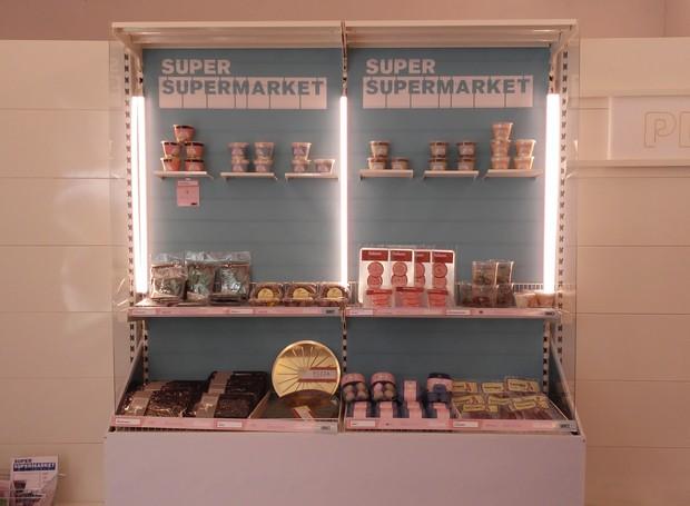 """A primeira vista, a mostra """"Super Supermarket"""" parece um mercado comum. Mas, ao chegar mais perto das gôndolas, uma surpresa: todos os produtos foram feitos usando resíduos de empresas, como sobras de couro, plástico e isopor (Foto: Stephanie Durante/Editora Globo)"""