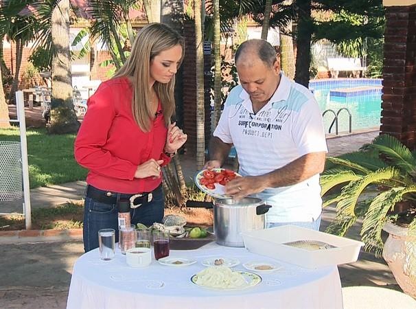 Vivian Padovan apresenta a receita de escabeche de piau (Foto: Reprodução/TV Fronteira)