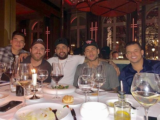 Neymar com amigos em restaurante em Paris (Foto: Reprodução/Instagram)