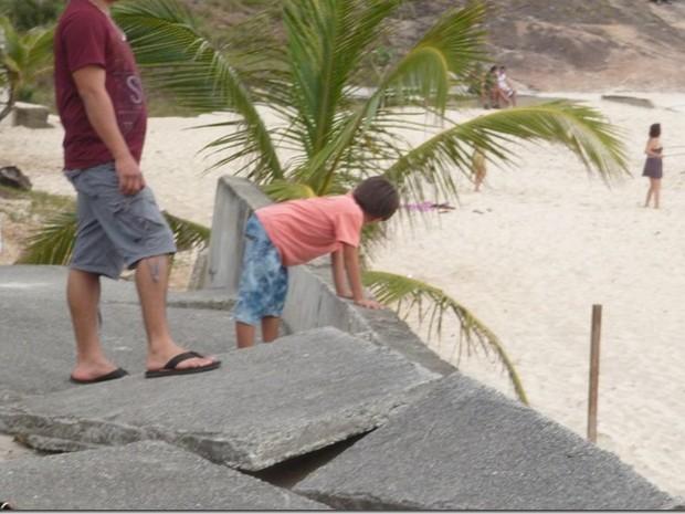 Criança circula nas calçadas quebradas em Piratininga (Foto: Divulgação/ CCRON)
