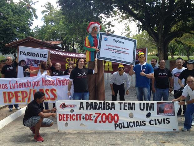 Manifestantes foram até a Granja Santana para entregar diploma de 'mentiroso' ao governador da Paraíba (Foto: Walter Paparazzo/G1)