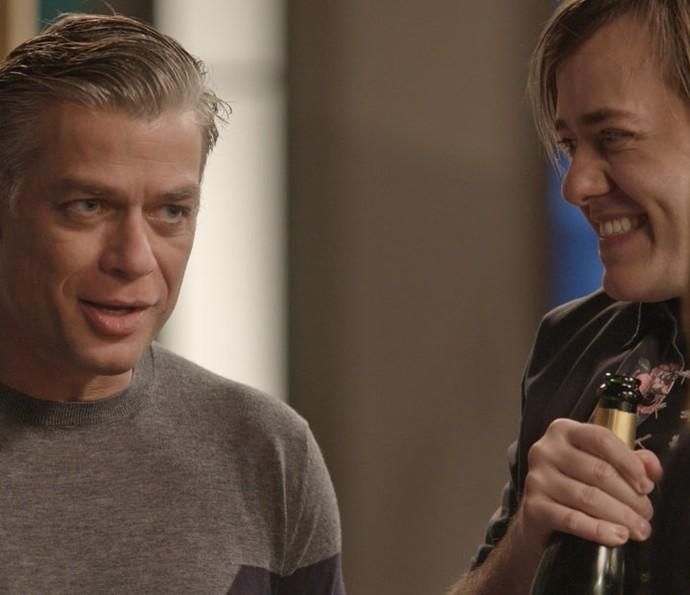 Arthur e Max ficam em êxtase com a notícia (Foto: TV Globo)