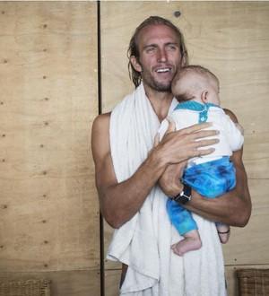 Owen Wright comemora com filho na Gold Coast (Foto: WSL /  Cestari)