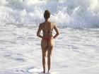 De fio dental, Sheron Menezes exibe boa forma em dia de praia