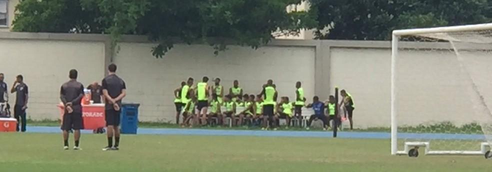 Jogadores tiveram reunião de 20 minutos antes do treino: tema principal foi Camilo (Foto: Felippe Costa)