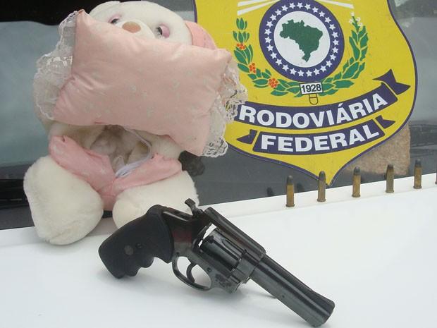 Polícia encontra arma (Foto: Divulgação/PRF)