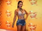Scheila Carvalho exibe as pernas torneadas em camarote em Salvador