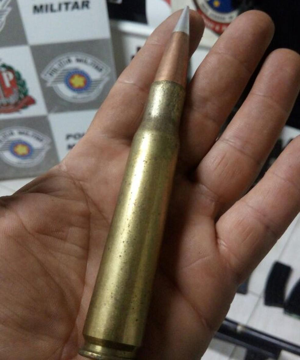 Armas, drogas e munições estavam em um fundo falso de um caminhão (Foto: Polícia Militar/Cedida)
