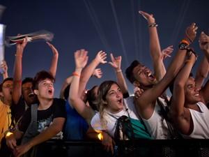 Público agita em show do palco Mundo (Foto: Felipe Dana/AP)