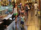 Cynthia Howlett curte passeio com os filhos