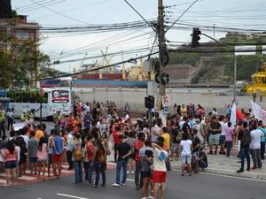 Manifestantes interditaram parcialmente duas avenidas em Vitória (Foto: Viviane)