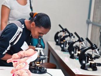 Estudante de escola pública visita laboratório na edição de 2011 da semana universitária da UnB (Foto: UnB / Reprodução)