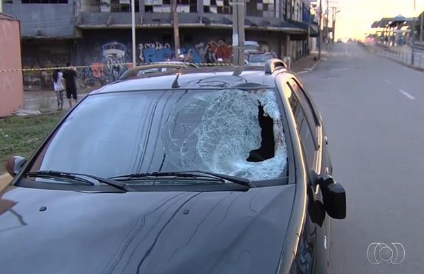 Motorista que atropelou homem ficou no local e prestou socorro, em Goiânia (Foto: Reprodução/TV Anhanguera)