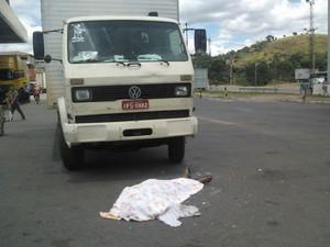 Caminhoneiro morreu após ser atropelado por uma carreta (Foto: Maria Freitas/G1)