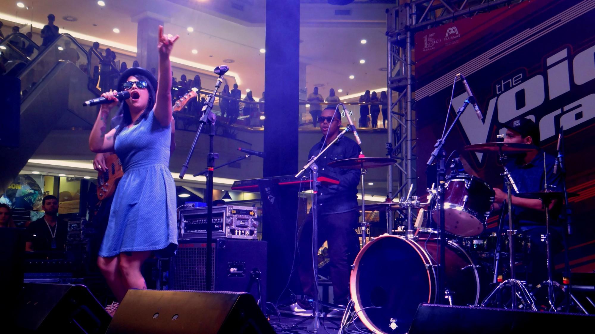 Anne Marie abre a noite de música no The Voice Pocket em Santos (Foto: Fernanda Maciel)