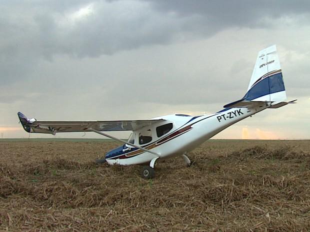 Avião fez pouso de emergência em canavial de Ibaté (Foto: Marlon Tavoni/EPTV)