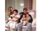 Dentinho e Dani Souza posam em foto fofa com a família