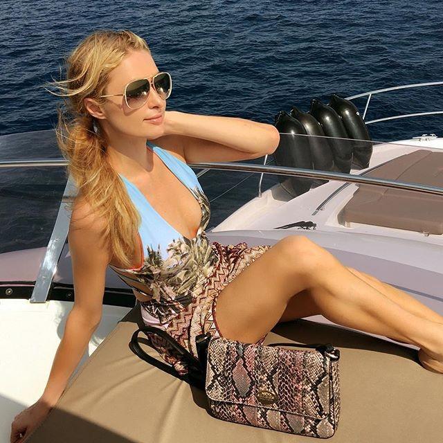 Paris Hilton curte passeio de barco e faz pose sensual