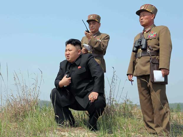 Líder da Coreia do Norte inspeciona lançamento de foguetes em local não revelado pelo governo. (Foto: KCNA / via AFP Photo)