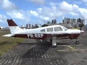 Avião fez voos rasantes em João Pessoa e assustou banhistas neste domingo (12) (Foto: Reprodução/TV Cabo Branco)