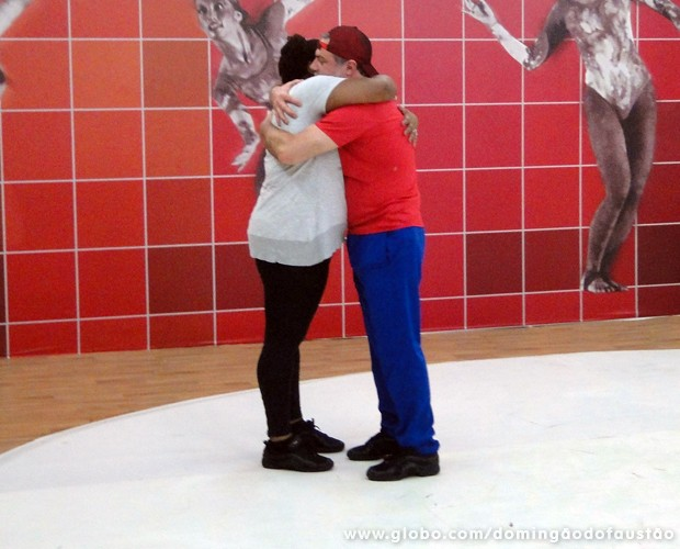 No reencontro, Cacau e Garib se abraçaram (Foto: Domingão do Faustão / TV Globo)