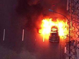 Fusca pegou fogo nas imediações da Praça Roosevelt. (Foto: Reprodução/TV Globo)