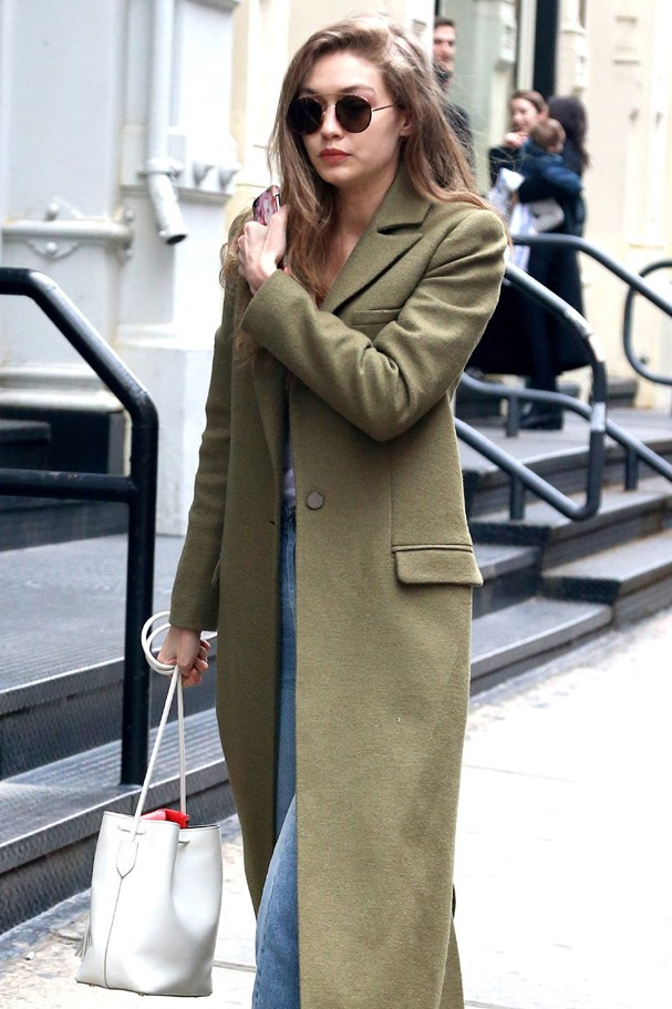 AG_165618 -  - New York, NY - Gigi Hadid stepped out with a friend in Manhattan and wore a full length trench coat paired with a simple white top that showed her amazing cleavage and denim, high-waisted jeans.AKM-GSI 27 JANUARY 2017To License Thes (Foto: AKM-GSI)