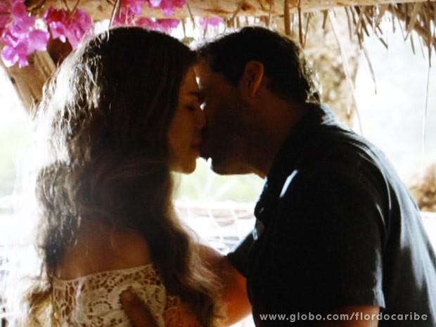 Ester e Cassiano revivem os momentos de paixão (Foto: Flor do Caribe/ TV Globo)