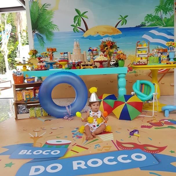 Rocco em frente à decoração (Foto: Instagram)