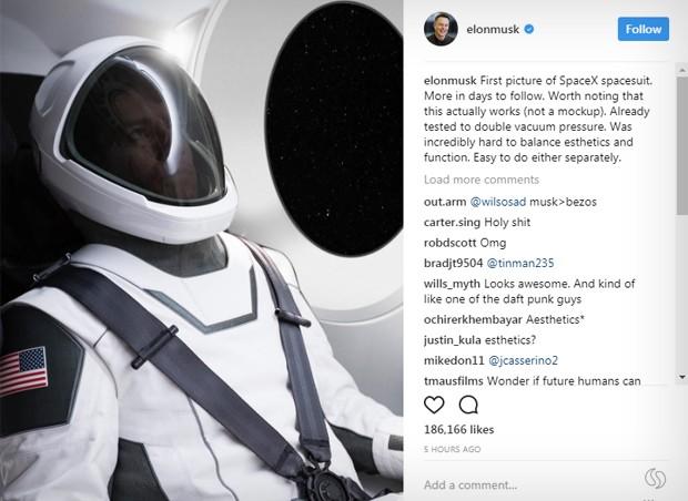 Primeira foto oficial de traje espacial da SpaceX (Foto: Reprodução/Instagram)