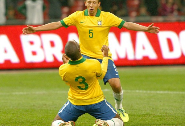 Ajoelhado, Dedé chora e vibra com primeiro gol pela seleção brasileira (Foto: Mowa Press/Reprodução globoesporte.com)