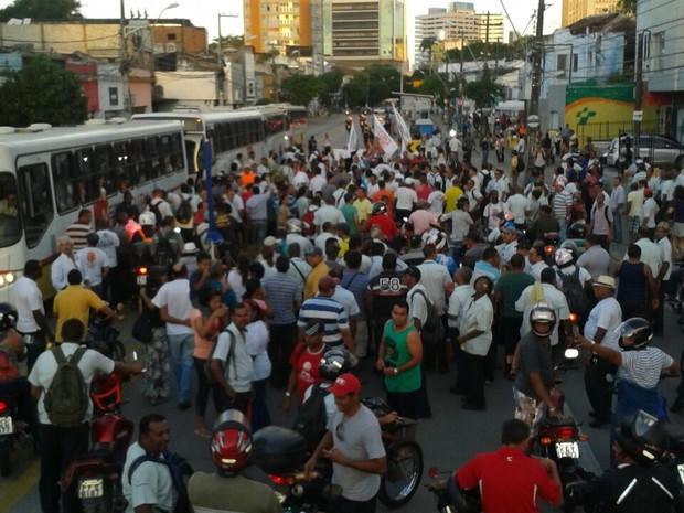 Rodoviários fazem caminhada na Av. Conde da Boa Vista (Foto: Luna Markman/ G1)